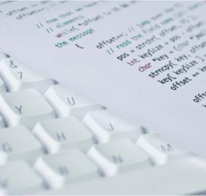 codes auf blatt liegen auf tastatur