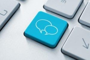 blaues tastaturfeld mit sprechblasen