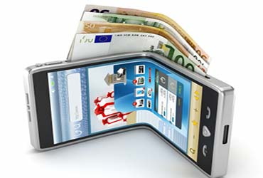 gebogenes smartphone in der seite steckt geld