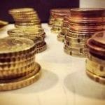 gestapelte geldmuenzen