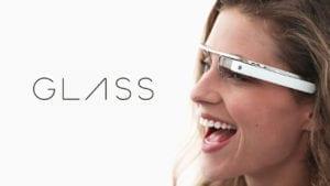 frau traegt google brille links daneben steht glass