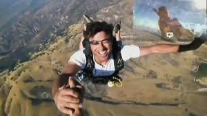 mann traegt google brille bei fallschirm sprung