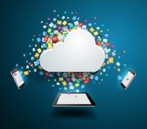 zwei smartphones und ipad mit wolke und symbolen in der mitte