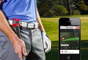 mann mit handschuh und werkzeug in der hand neben iphone