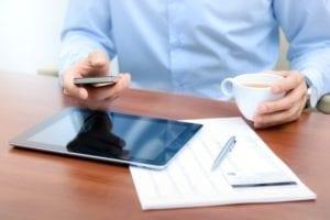 business mann mit smartphone