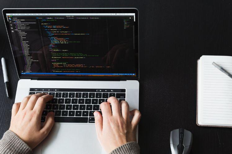 entwickler programmiert an laptop