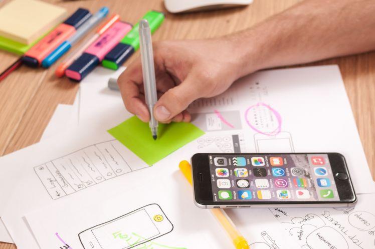iphone auf schreibtisch mit app mockup entwuerfen