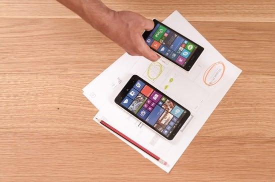schwarze android smartphones auf zetteln und bleistift