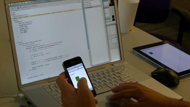 person entwickelt app mit computer