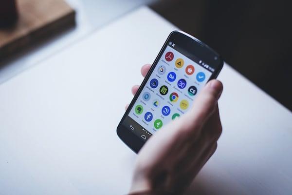schwarzes smartphone in der hand
