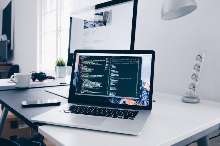 Laptop auf Tisch mit Erstellung einer Applikation