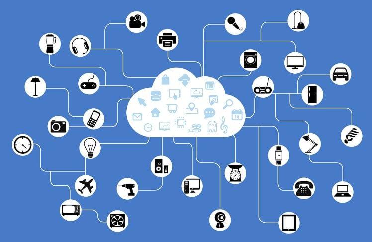 wolke mit internet der dinge symbole aussenrum vor blauem hintergrund