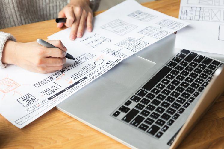 designer zeichnet mockup von website