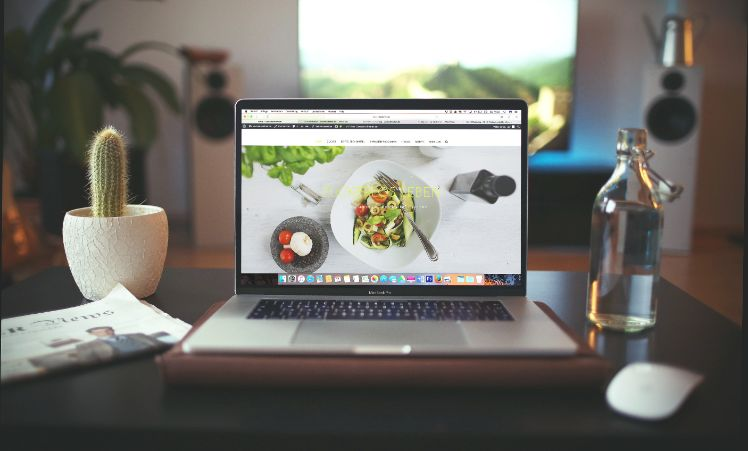 Website mit essensbild auf dem Laptop