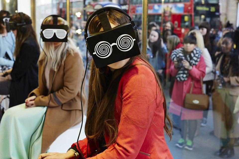 frauen mit VR brillen bei modenschau