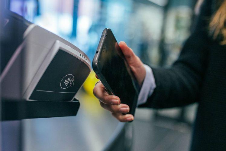 Bezahlen mit dem Smartphone beim Kauf von Weihnachtsgeschenken