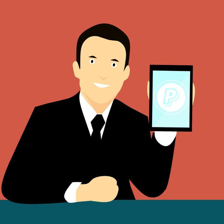Darstellung mann mit smartphone und paypal logo