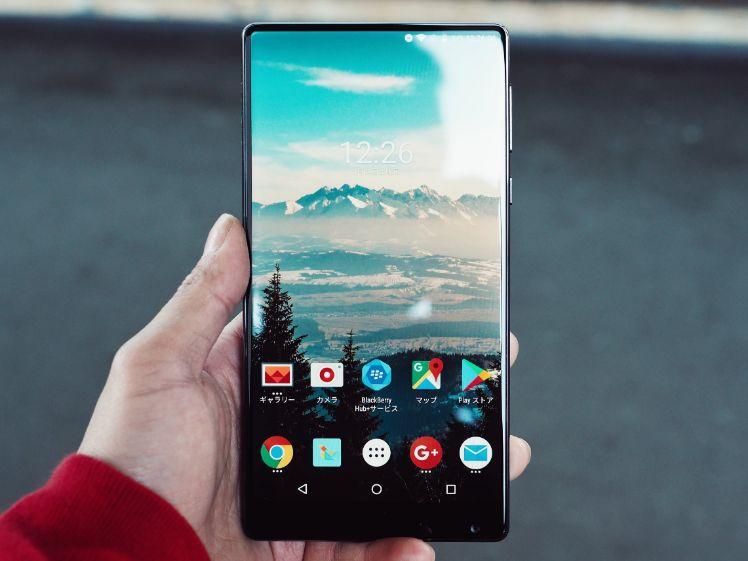 schwarzes android smartphone mit startbildschirm