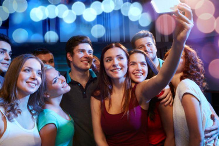 Gruppe von Jugendlichen machen ein Selfie