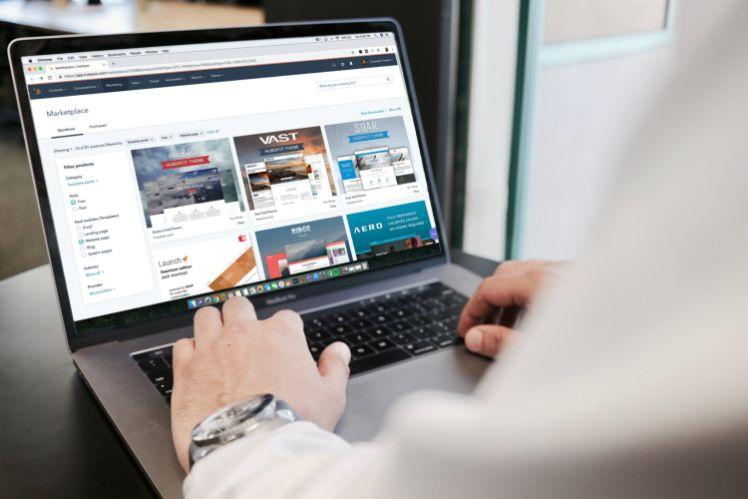 Mann arbeitet an seinem Laptop mit website entwuerfen