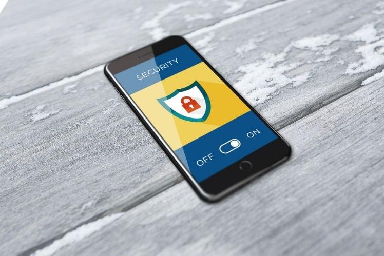 App fuer cybersicherheit auf einem smartphone das auf dem Tisch liegt
