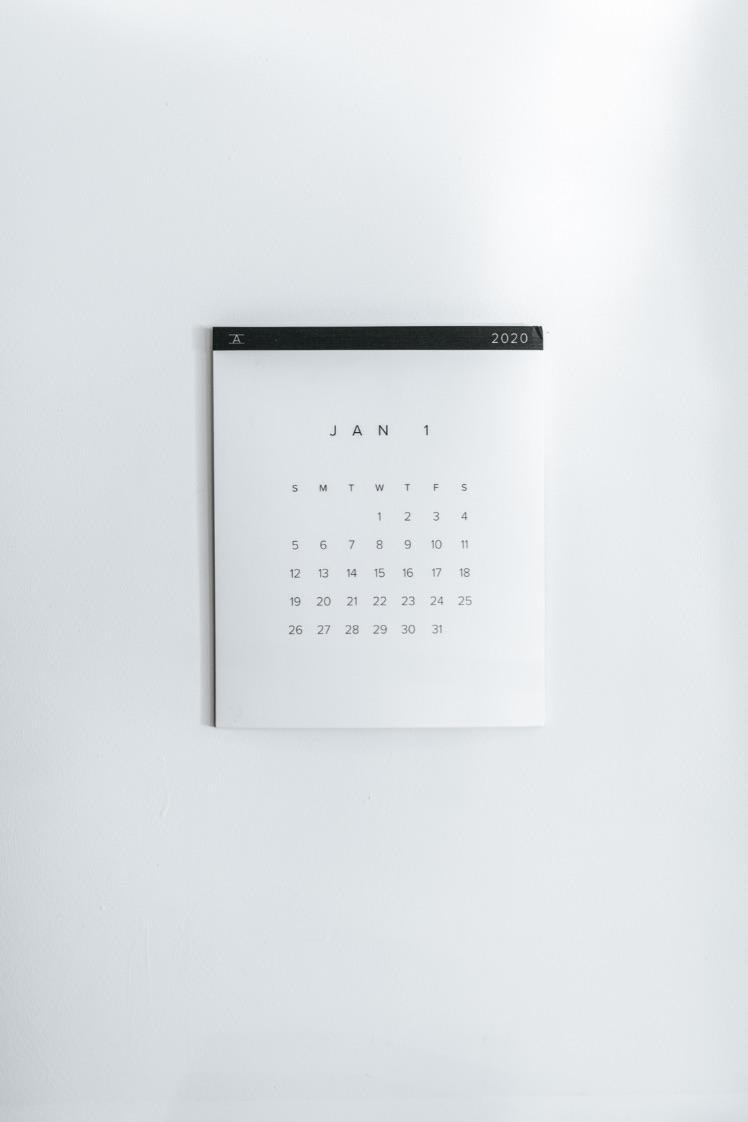 weisser kalender an der wand von Januar 2019