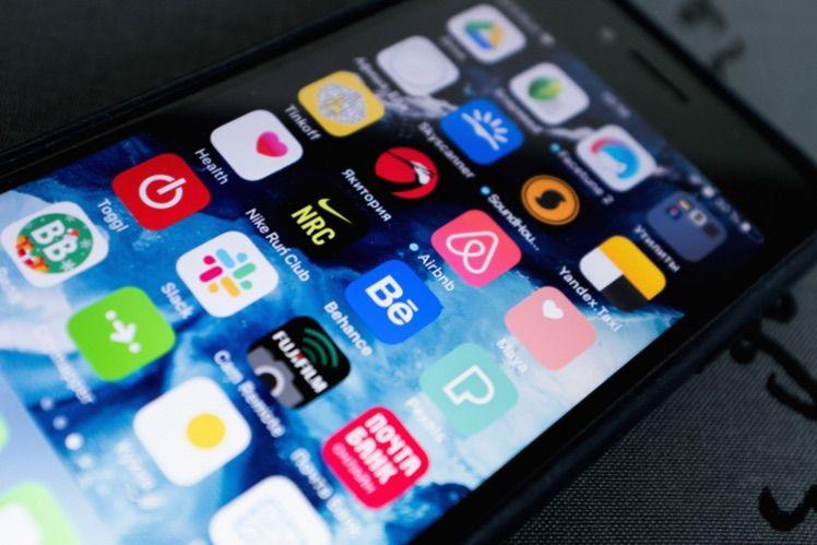 schwarzes smartphone mit vielen apps