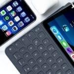 iPhone und iPad liegen nebeneinander mit gleichem Bildschirm