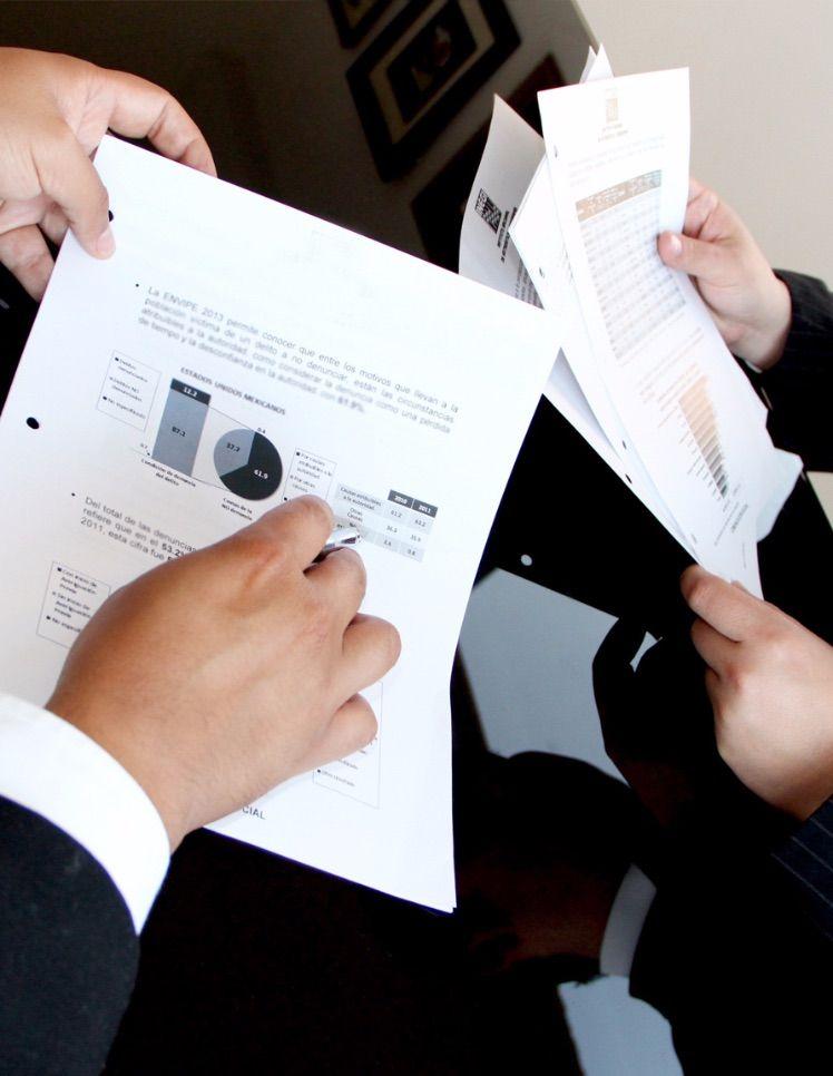 zwei Personen halten Dokumente in der hand mit Analysen