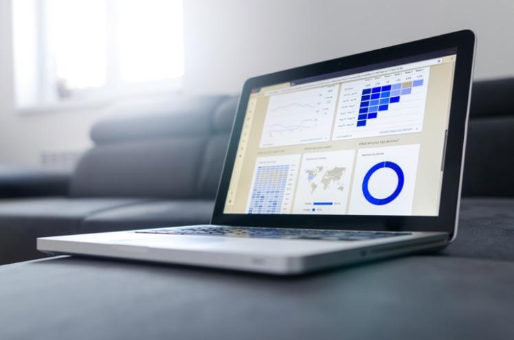grau schwarzer laptop mit analytischen Daten