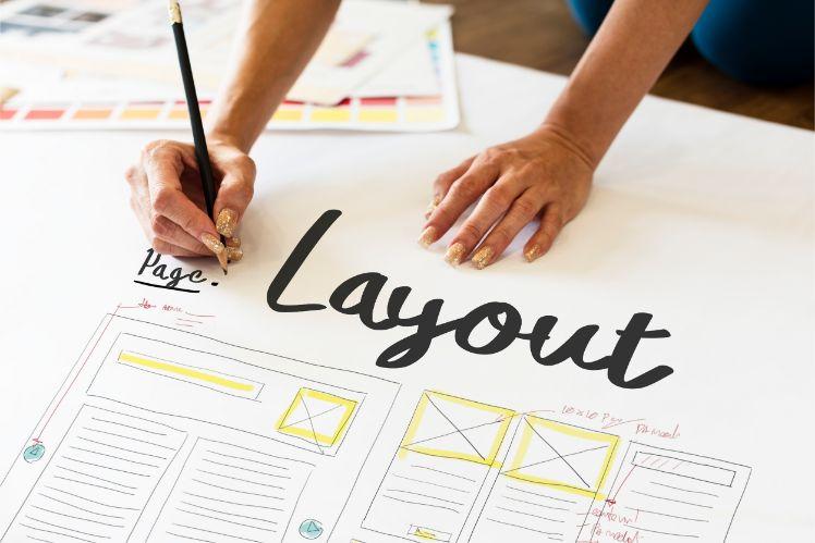 Person schreibt layout mit schwarzem Stift auf Plakat