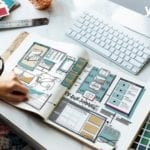 Frau schaut heft mit website entwuerfen an mit Aufschrift programming