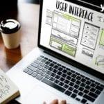 laptop auf Tisch mit Aufschrift user interface