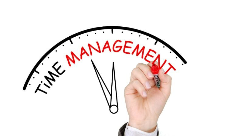 Uhr mit TIME MANAGEMENT als Aufschrift in roter Farbe - Time Management