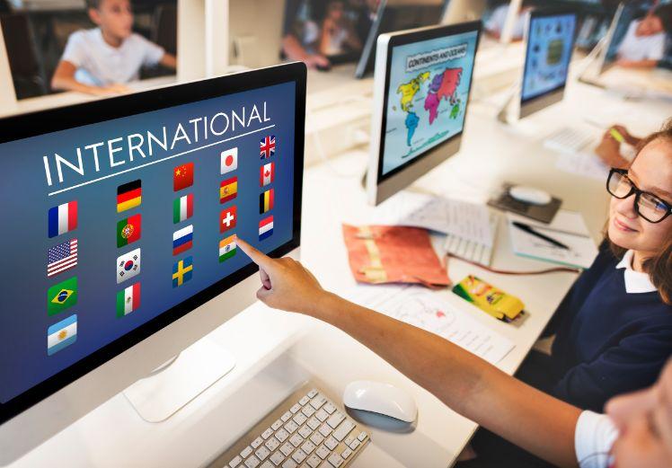 Bildschirme zeigen verschiedene Flaggen von laendern an mit aufschrift international