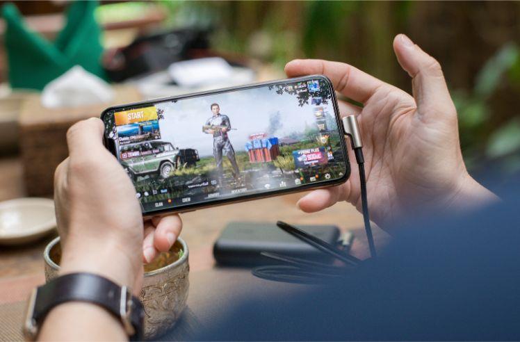 Mann spielt mobiles Spiel auf Android Smartphone