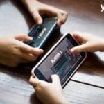 Zwei Menschen spielen mobiles Spiel auf Smartphones