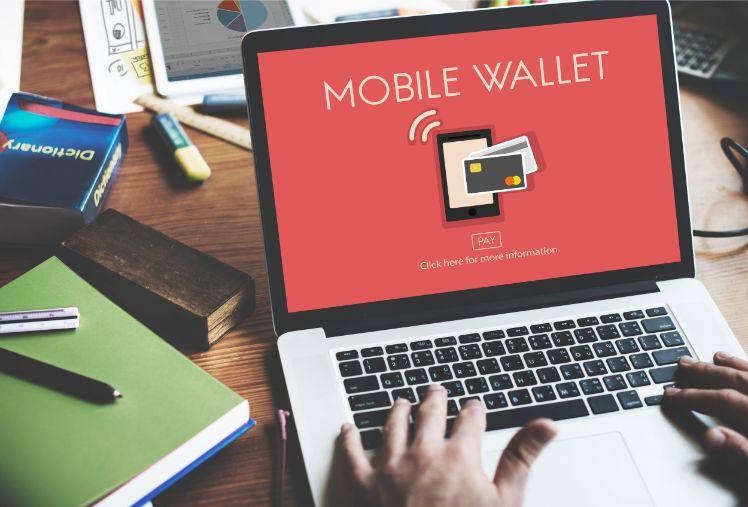 Laptop mit mobiler Bezahlfunktion liegt auf Schreibtisch