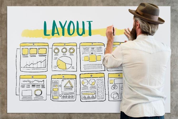 Mann vor Board mit Layout einer Website