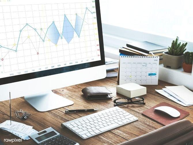 Analyse von Daten im Computer auf einem Schreibtisch
