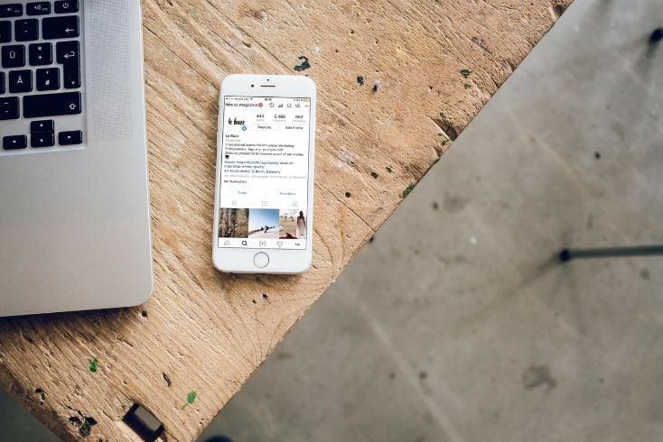 iPhone mit mobiler App auf einem Tisch