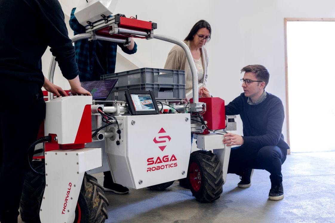 team der robotertechnik mit fahrbarem roboter
