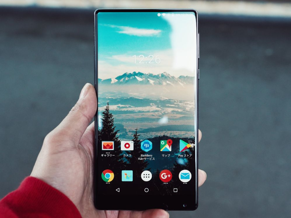 person haelt android smartphone in der hand