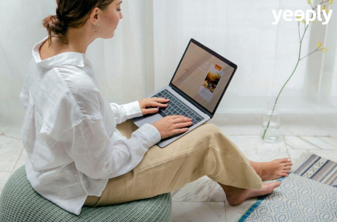 frau arbeitet im sitzen an einem macbook