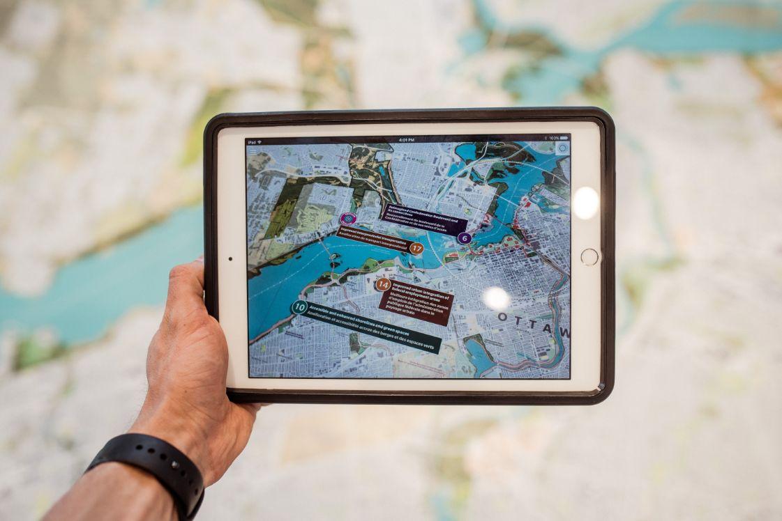 tablet mit erweiterter realitaet karte