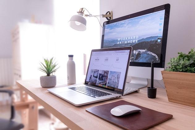 Laptop und monitor auf schreibtisch