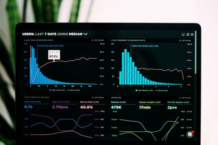 Grafiken einer Analyse von Big Data auf einem Laptop