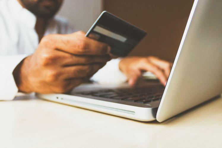 shopping online via laptop mit Kreditkarte